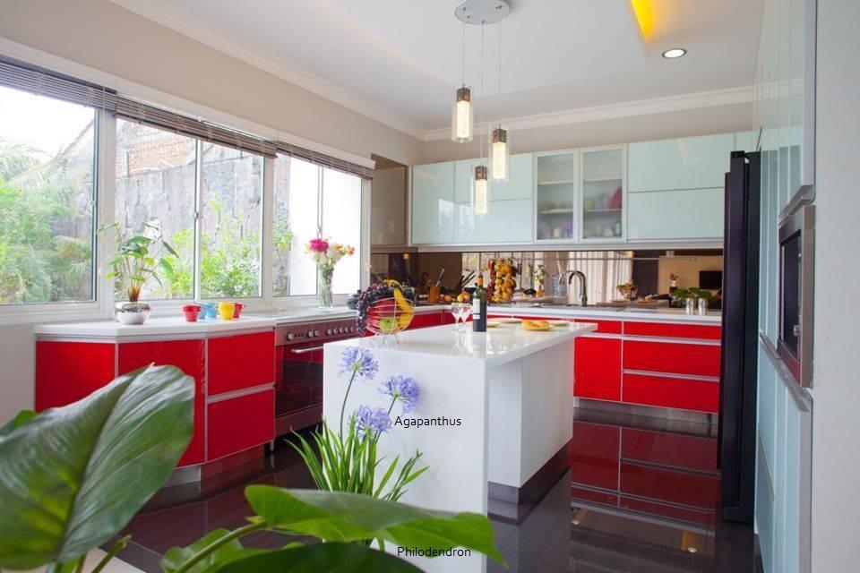 Modern Minimalist Kitchen-Red and White di Jakarta karya Zeno Living tahun 2011 (Sumber: arsitag.com)
