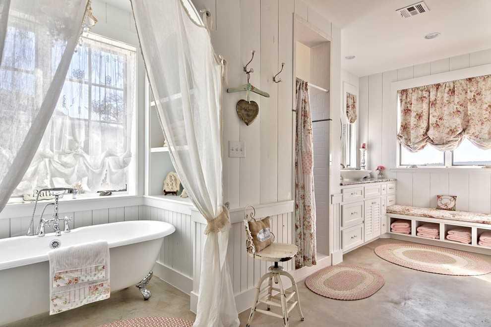 Warna putih. Nuansa serba putih adalah ciri khas lain dari gaya Shabby Chic. Warna putih tidak hanya menambah kesan berbeda dan intim pada ruang keluarga dan kamar tidur, warna putih juga mudah dibersihkan dengan bantuan pemutih rumah tangga biasa. Warna putih juga dapat membuat ruangan terlihat lebih cerah dan indah.