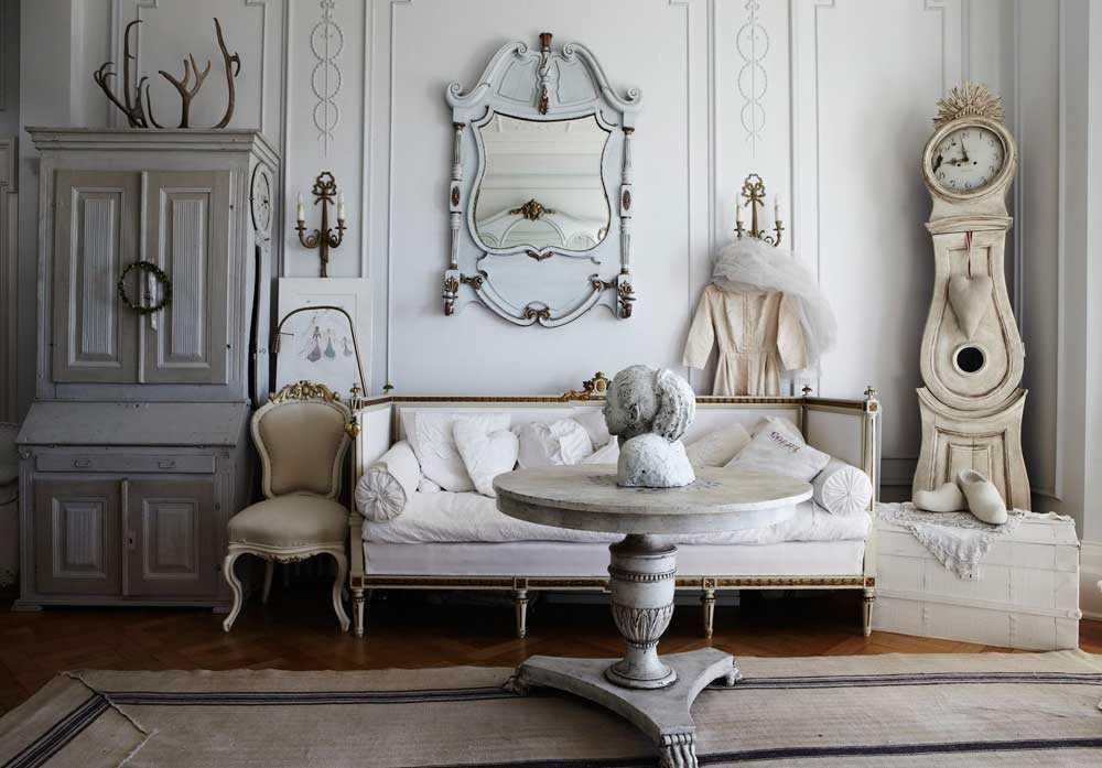 Sentuhan vintage. Furnitur yang digunakan pada gaya Shabby Chic kebanyakan adalah furnitur yang terlihat usang. Anda juga dapat mendapatkan kesan usang atau shabby dari furnitur baru dengan cara mengampelas furnitur Anda.