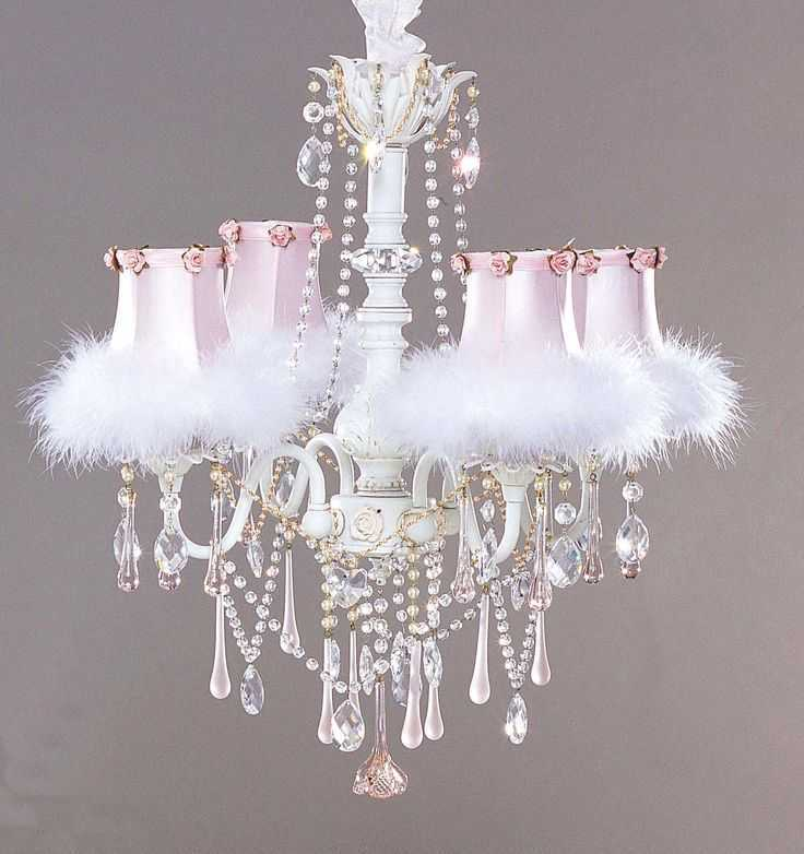 Gunakan chandelier. Anda dapat menggunakan chandelier baru maupun bekas untuk menambahkan keanggunan pada ruangan Anda.