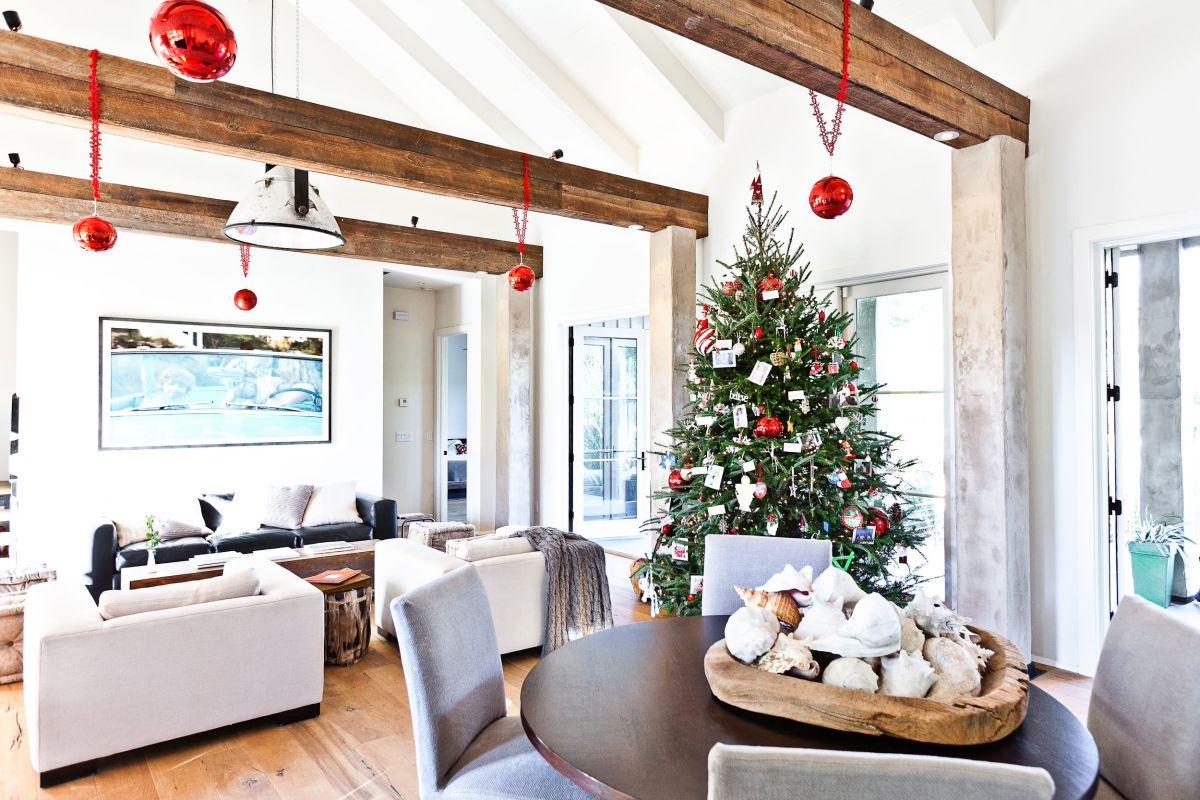 Desain Interior Bertema Natal di Ruang Keluarga Bergaya Rustic (Sumber: homedit.com)