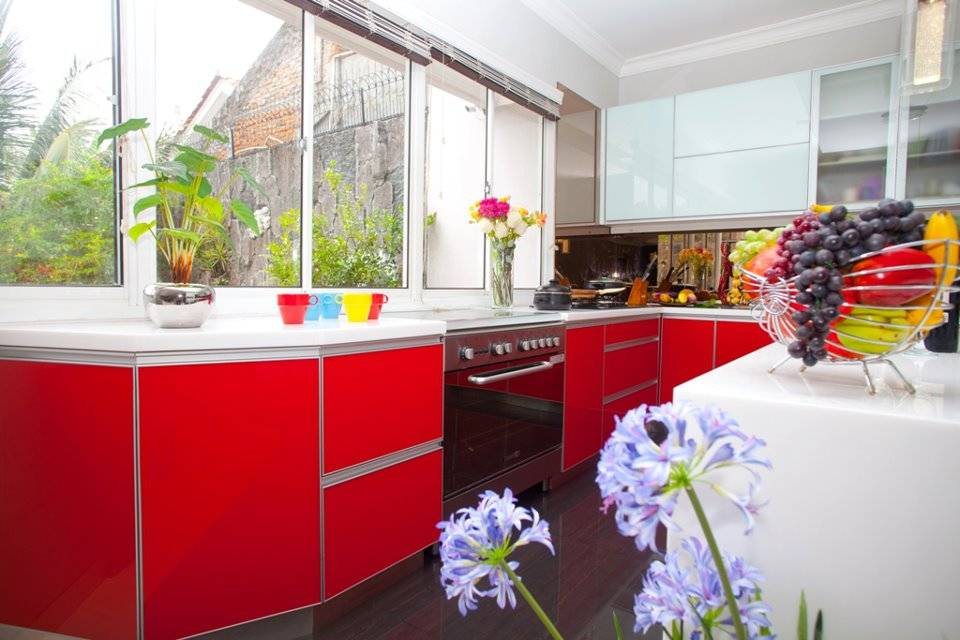 Modern Minimalist Kitchen-Red And White Karya Zeno Living (Sumber: arsitag.com)