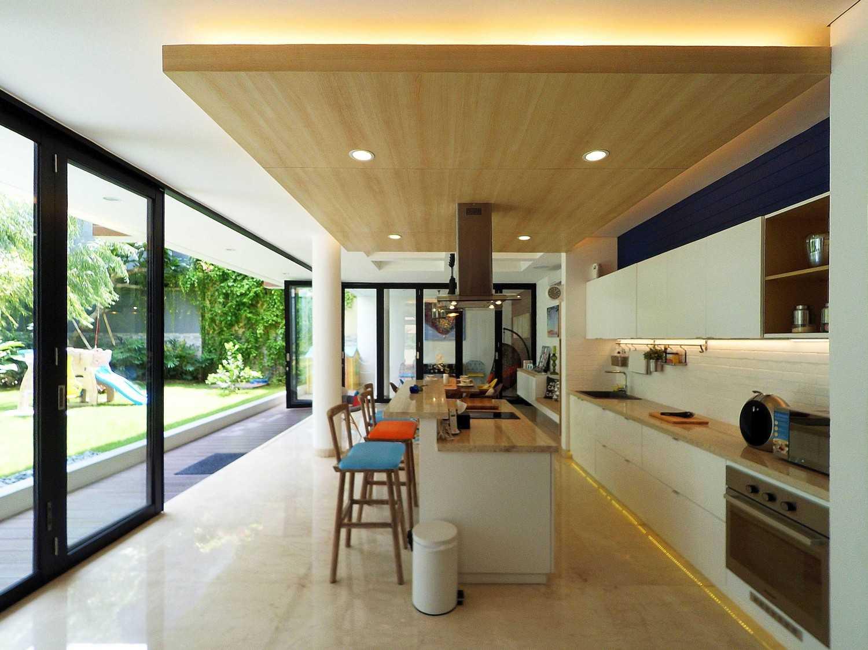 Interior-Pantry & Dining Karya Dezan Studio (Sumber: arsitag.com)