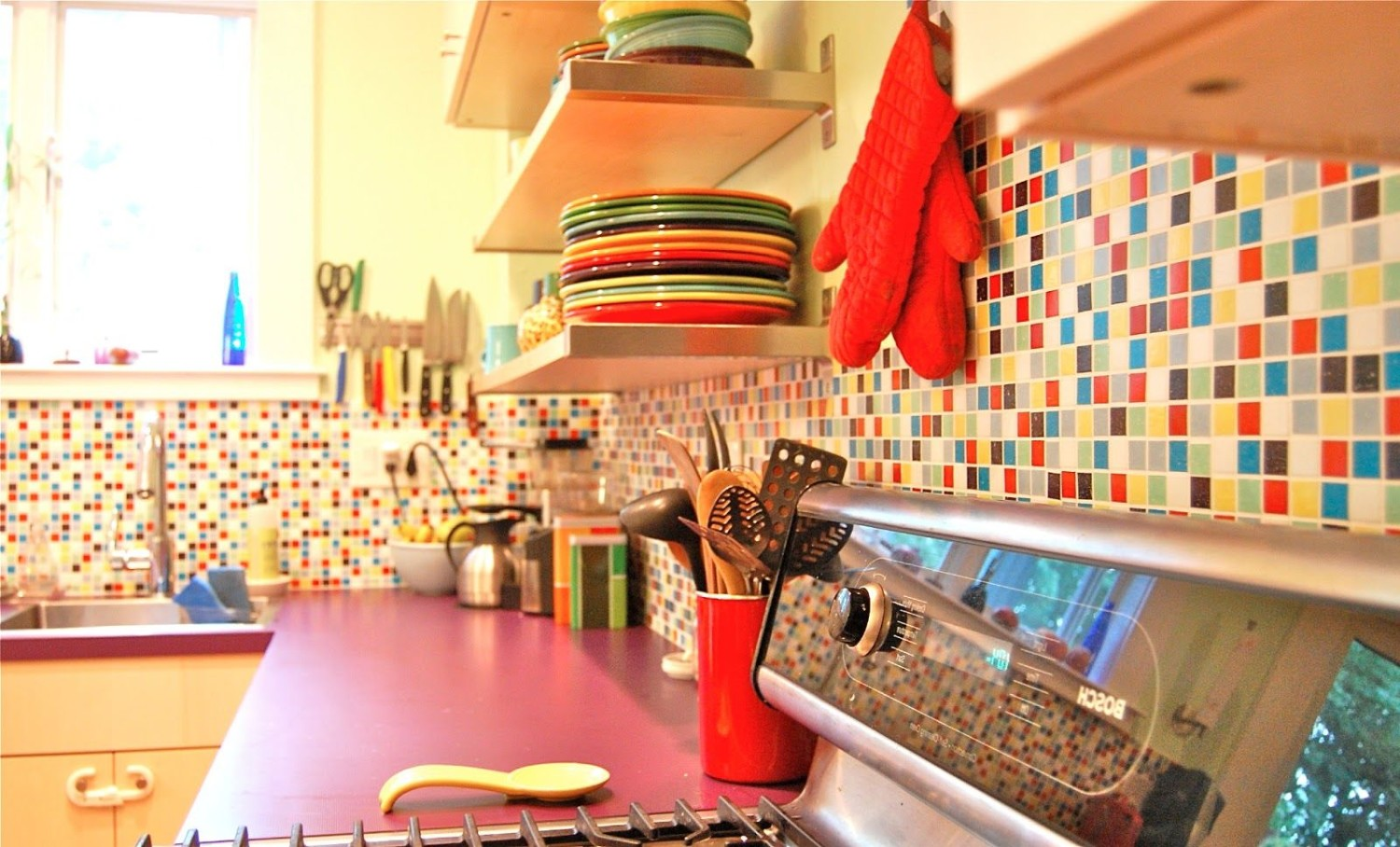 Colorful Kitchen (Sumber: pinterest.com)