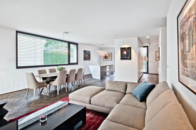 Desain furniture built-in pada ruang tamu kecil (Sumber: mjrdesign.co)