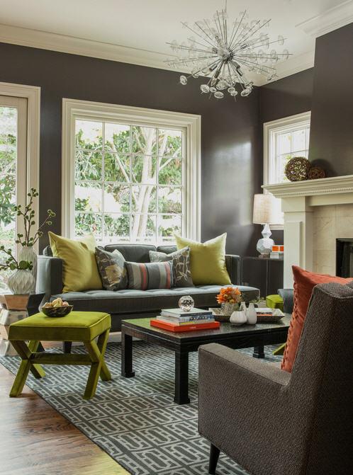 Namun, Anda juga dapat memilih warna yang lebih gelap dan menenangkan seperti misalnya, biru tua atau abu-abu tua, yang dapat membuat ruang kecil lebih terkesan mengundang. Trik dalam sebuah ruang kecil adalah dengan menyeimbangkan dinding gelap dengan unsur-unsur yang lebih terang untuk menciptakan kedalaman dan mencerahkan ruangan, misal menempatkan sofa berwarna lebih terang pada dinding yang gelap. Tambahkan dengan furnitur berwarna lebih terang, aksesoris warna-warni dan karpet berpola.