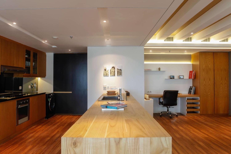 Model lampu plafon minimalis Pavilion Apartment At Kh Mas Mansyur karya Design Intervention [Sumber: arsitag.com]