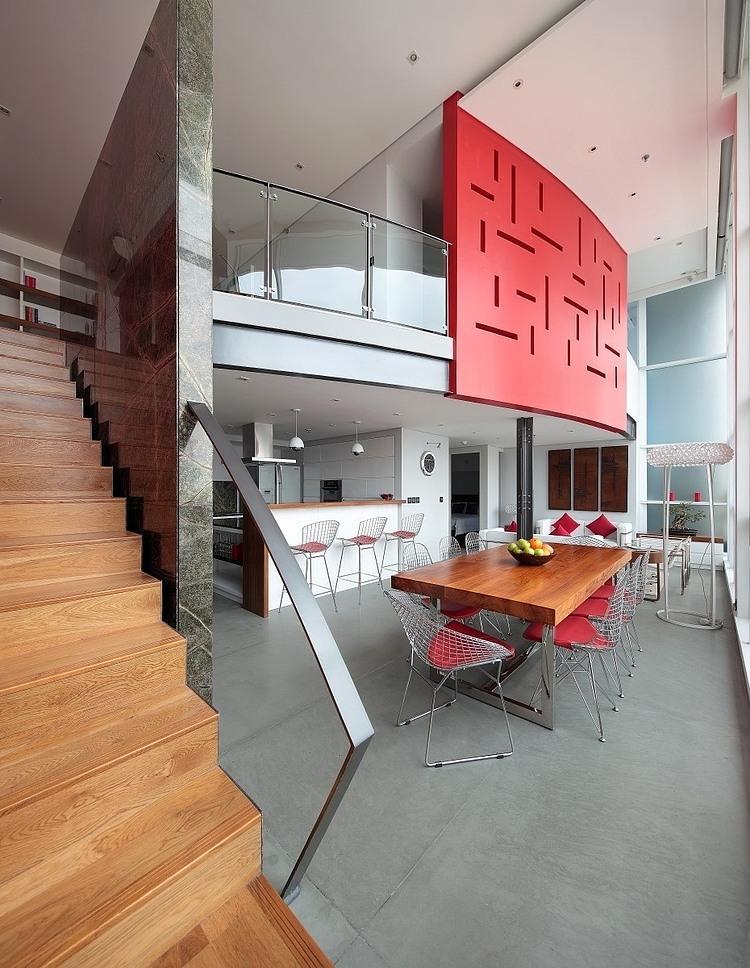 Apartemen tipe loft yang berada di kawasan Mas Mansyur, Jakarta ini berukuran cukup luas dengan desain yang minimalis. Dengan jendela lebar yang langsung menghadap ke jalanan, Anda tinggal memilih mau meletakkan kantor Anda di bagian bawah, atau di bagian mezanine-nya untuk mendapatkan suasana tinggal dan kerja terbaik.