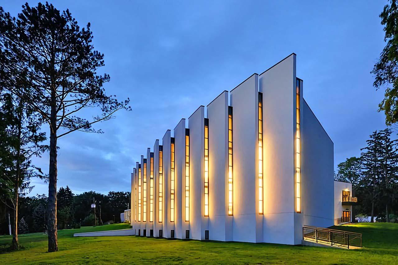 Cahaya lampu memancar dari sirip-sirip jendela Korean Presbyterian Church (Sumber: architecturaldigest)