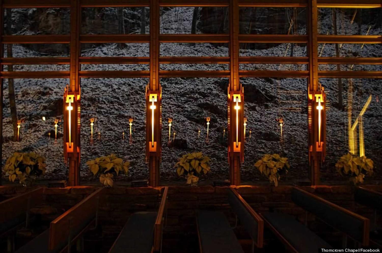 Pencahayaan di setiap tiang Thorncrown Chapel dengan pantulan menawan pada dinding kacanya (Sumber: huffingtonpost)