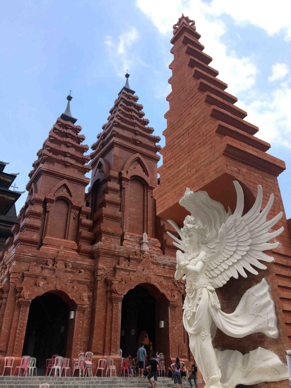 Gapura Paroki Roh Kudus sarat budaya khas Bali berhiaskan patung malaikat dengan sayap menyerupai sayap garuda (Sumber: koleksi pribadi Evan Kriswandi)
