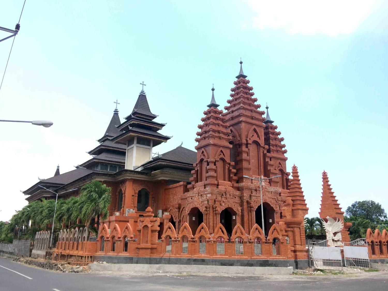 Eksterior Katedral Denpasar yang bersahaja menyatu dengan lingkungan di Desa Sumerta Kelod, Denpasar Timur (Sumber: koleksi pribadi Evan Kriswandi)