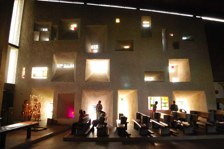 Notre-Dame du Haut di Perancis karya Le Corbusier (Sumber: archdaily)