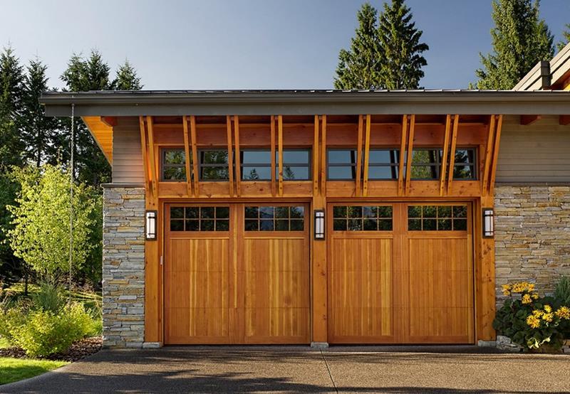 Pintu Garasi Kayu dengan Paduan Kaca (Sumber: hn-ime.com)