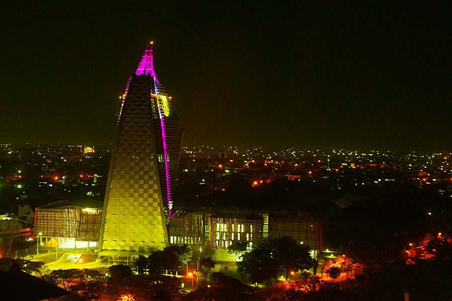 Keindahan pencahayaan UNM di malam hari (Sumber: edunews.id)