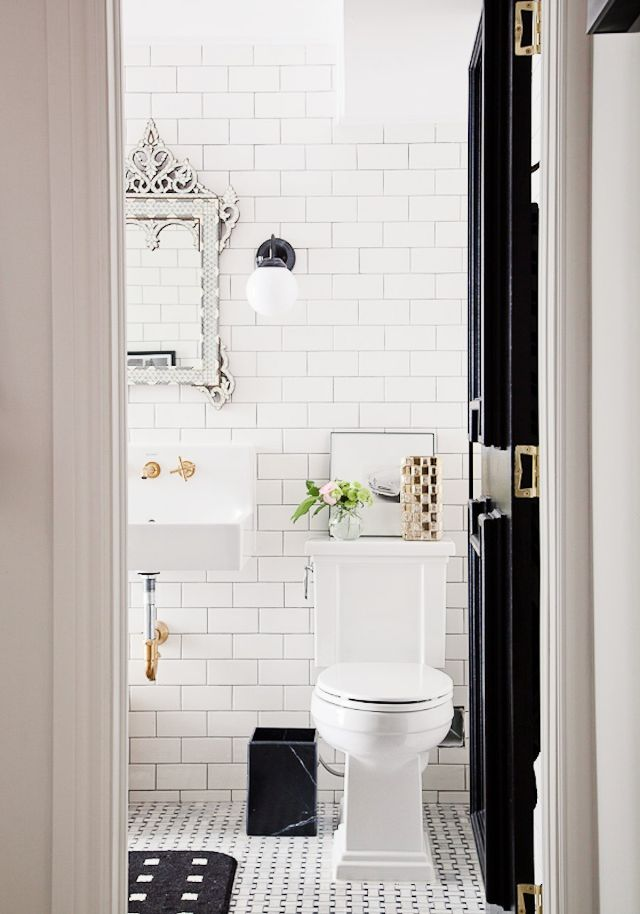 Classic White Bathroom (Sumber: MyDomain.com)