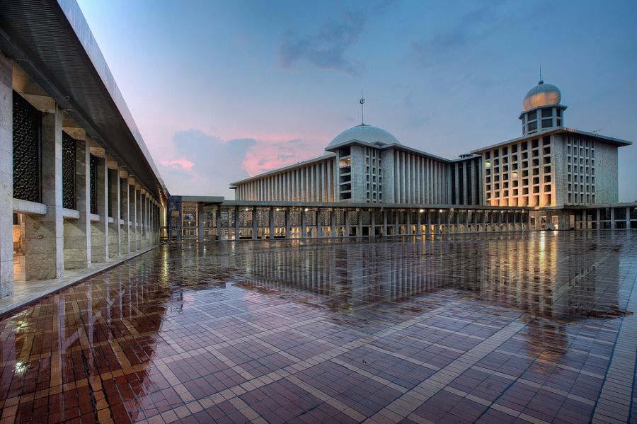 Masjid Istiqlal, bangunan dengan arsitektur menawan, cerminan toleransi dan keharmonisan umat beragama (Sumber: abouturban.com)