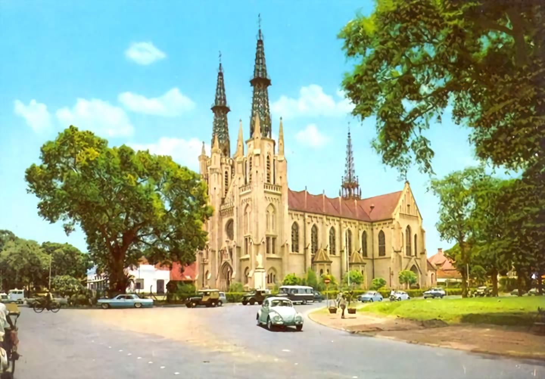 Gereja Katedral di tahun 1970, letaknya bersebelahan dengan Masjid Istiqlal (Sumber: pinterest.com)