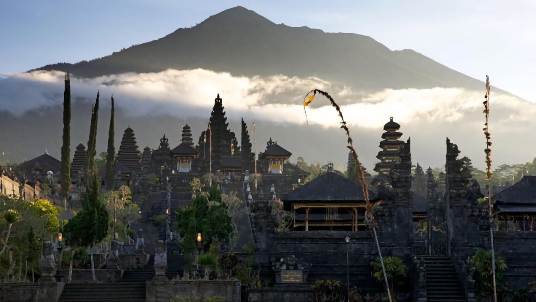 Pura Besakih telah dua kali selamat dari erupsi besar Gunung Agung yang menewaskan ratusan orang (Sumber: lifestyle.okezone.com)