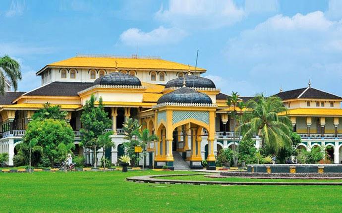 Istana Maimun di Medan, Sumatra Utara hasil rancangan arsitek dari Italia pada tahun 1888 (Sumber: pegipegi.com)