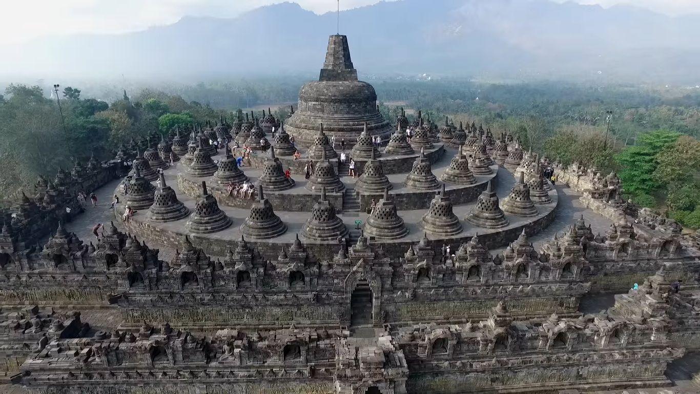 Candi Borobudur peninggalan budaya Buddha Mahayana zaman wangsa Syailendra (Sumber: trivindo.com)