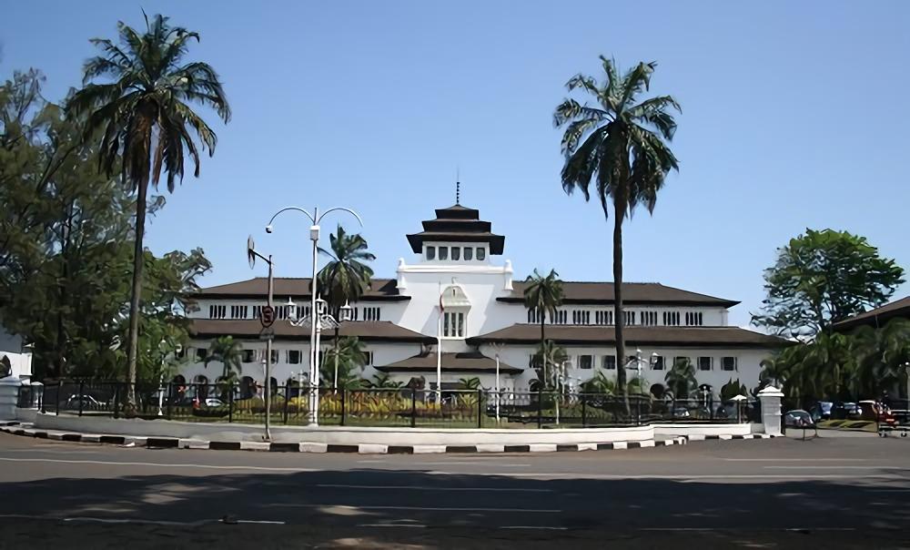 Gedung Sate di Jl. Diponegoro No. 22, Bandung (Sumber: travatour.com)