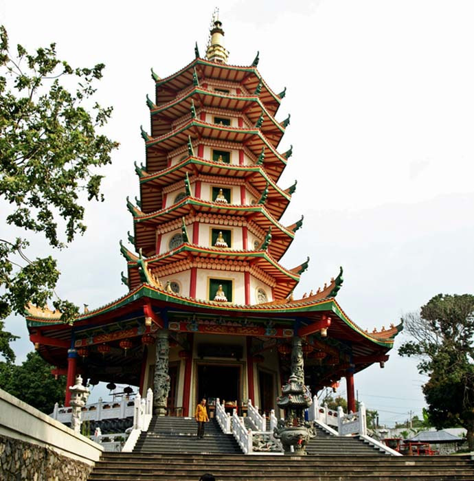 Pagoda Avalokitesvara setinggi 45 m di Vihara Buddhagaya Watugong, Semarang (Sumber: anekatempatwisata.com)