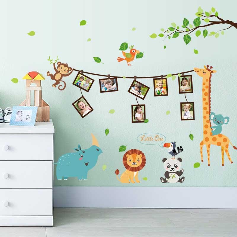 Deretan foto digantung di tali yang dipegang oleh hewan. Desain interior yang menyegarkan kamar tidur anak (Sumber: alibaba.com)