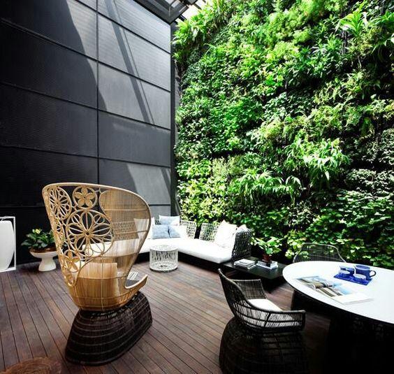 Jika Anda memiliki ruang yang lebih luas dan anggaran tidak terbatas, pertimbangkan ide taman indoor atau taman vertikal. Selain mendinginkan ruangan, taman indoor maupun taman vertikal dapat memberikan keteduhan khas rumah tradisional Jepang.