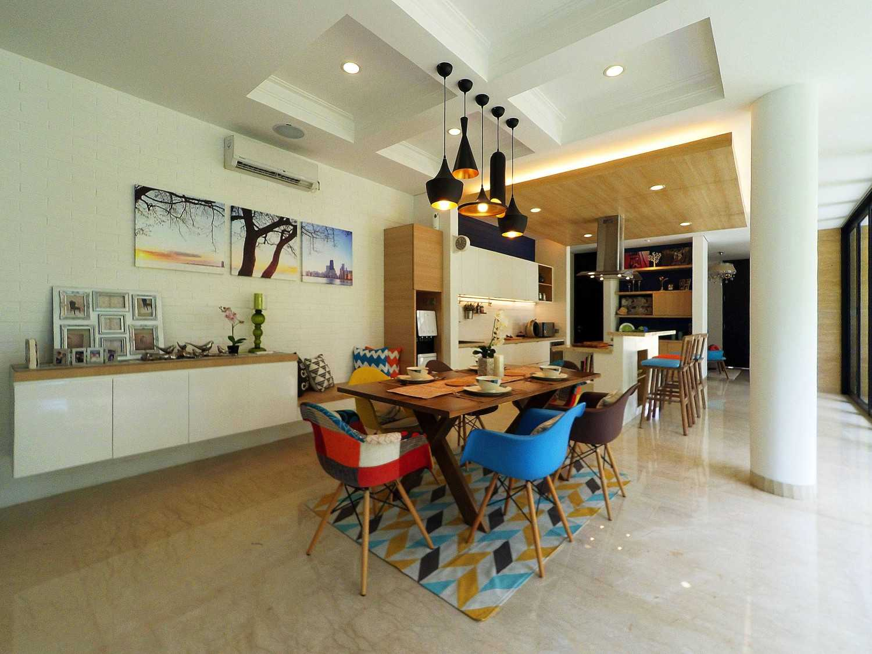 Interior & Pantry-Dining di Pondok Indah Jakarta karya Dezan Studio (sumber : arsitag.com)