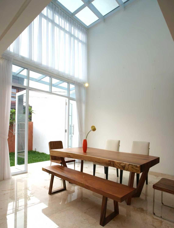 Plafon yang ditinggikan dan sengaja didesain dengan skylight menciptakan ruang makan yang lega dengan pencahayaan yang baik.