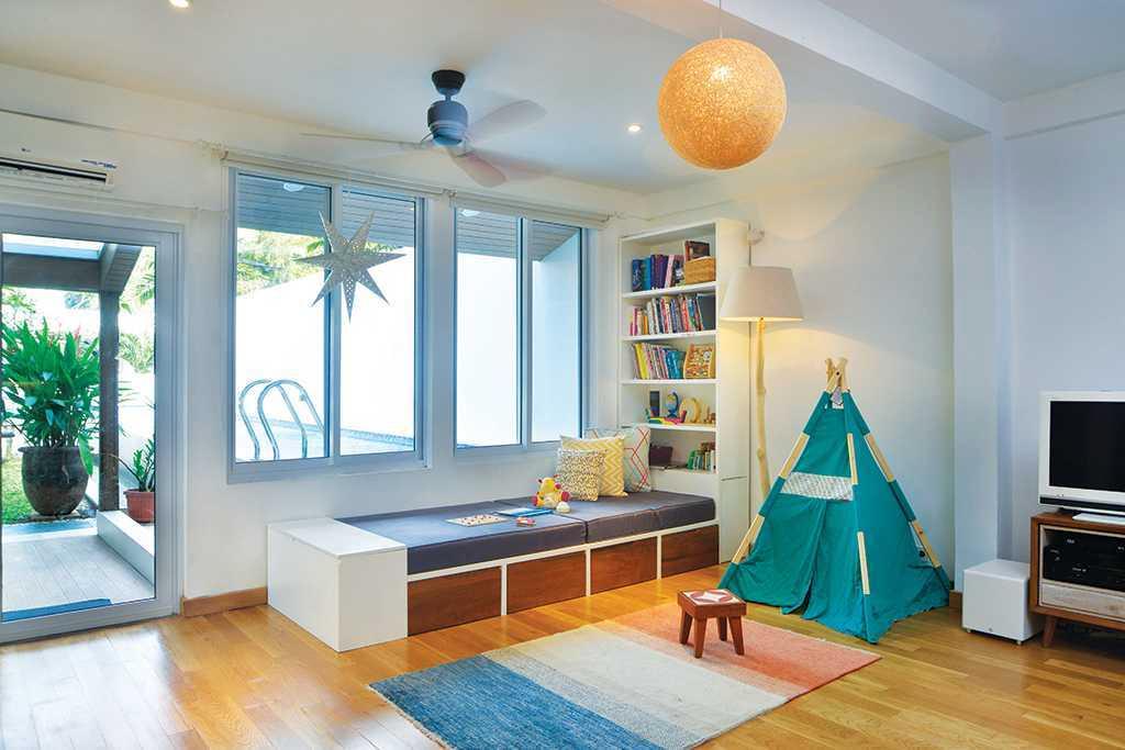Cara ini menjadi cara paling mudah dalam menciptakan ruang. Letakkan karpet dan voilà….. ! Terciptalah ruang duduk dan area bermain anak.