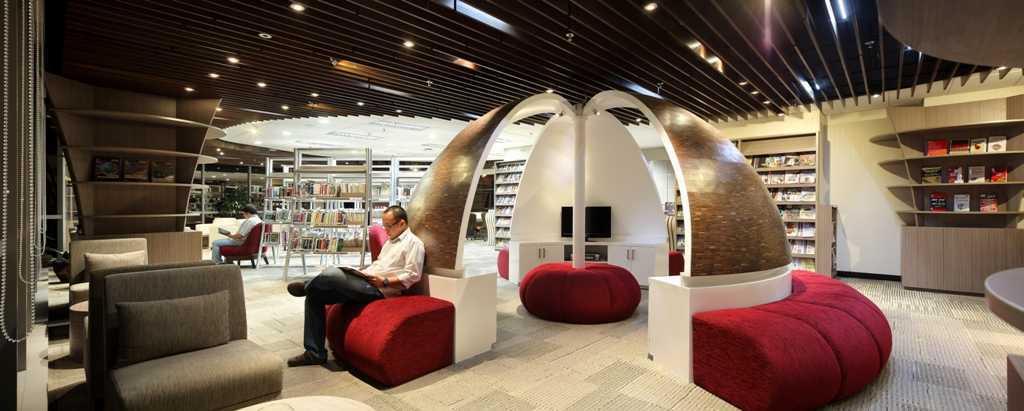 Bentuk sofa menyerupai dome sengaja dirancang untuk memisahkan ruang baca di bagian luar sambil menciptakan ruang audio di bagian dalamnya serta menampilkan kesatuan keduanya.
