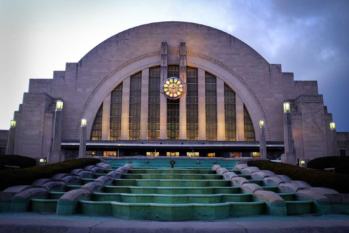 Material yang beragam. Material furnitur yang digunakan dalam desain interior Art Deco sangatlah beragam. Hal ini ditujukan untuk menciptakan kesan serasi dalam dekorasi ruang. Namun, rumah bergaya Art Deco sering menggunakan beton sebagai material utamanya terutama untuk dinding rumah.