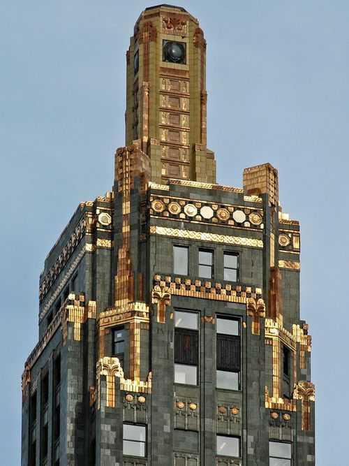 Paris dinilai sebagai pusat seni desain Art Deco. Hal ini dapat dilihat dari model furnitur buatan Jacques-Emile Ruhlmann, yang dikenal sebagai ahli desainer gaya Art Deco yang terbaik. Gaya Art Deco menggambarkan maskulinitas dengan garis-garis yang tegas. Hal ini dipengaruhi oleh Revolusi Industri di Inggris pada penghujung abad ke-19, ketika mesin pabrik pada saat itu akhirnya mampu menciptakan suatu hal yang sangat sulit diciptakan oleh manusia, salah satunya adalah garis lurus.