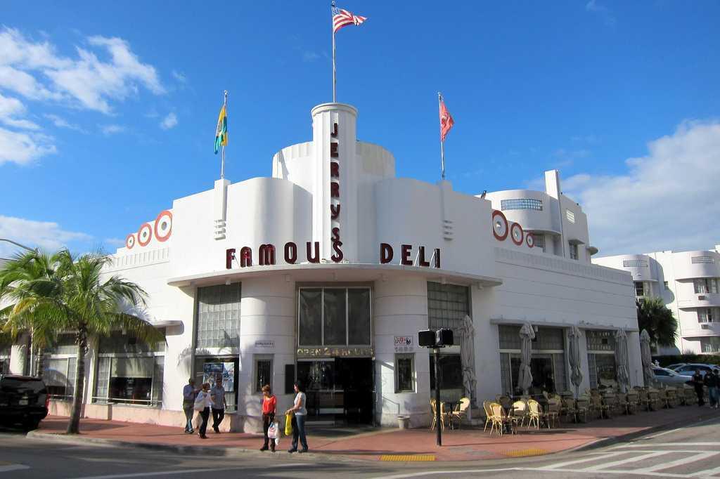 Sisi bangunan melengkung. Sisi bangunan berbentuk melengkung merupakan ciri khas yang tidak dapat dipisahkan dari bangunan bergaya Art Deco. Akan tetapi, tidak semua sisi bangunan menggunakan sudut melengkung, hanya satu atau dua bagian sisi bangunan.