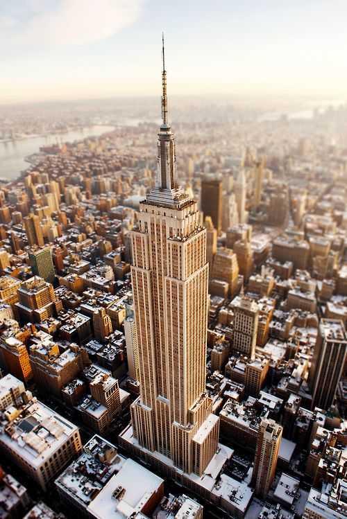 Salah satu gedung paling terkenal di dunia yang memiliki gaya desain Art Deco adalah Empire State Building. Empire State Building memiliki bentuk yang paling konvensional dari gaya Art Deco. Desain gedung ini memiliki ciri khas arsitektur gedung sebelum Perang Dunia II yang terletak di New York. Gedung ini memiliki bentuk bangunan seperti kubus dengan berbagai bentuk yang ditumpuk, dengan jendela yang tersusun rapih mengelilingi gedung. Bangunan ini memiliki bentuk yang lebih luas pada dasarnya dan mengerucut ke puncaknya. Bentuknya yang simetris, dengan potongan garis-garis lurus dan jendela panjang merupakan ciri khas dari bentuk desain Art Deco.