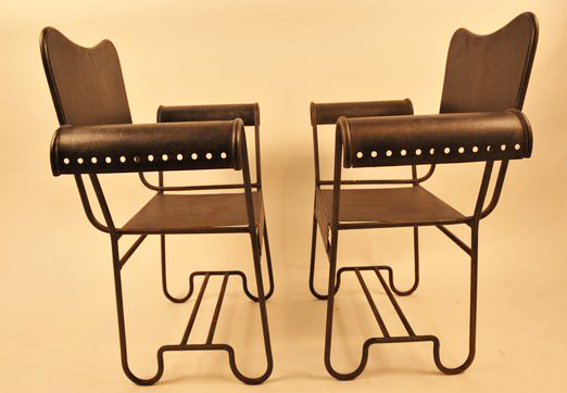Furnitur yang artistik. Kunci dalam desain Art Deco adalah keserasian dalam berbagai bentuk dan warna yang berbeda. Maka, furnitur dengan kesan artistik sering kali digunakan.
