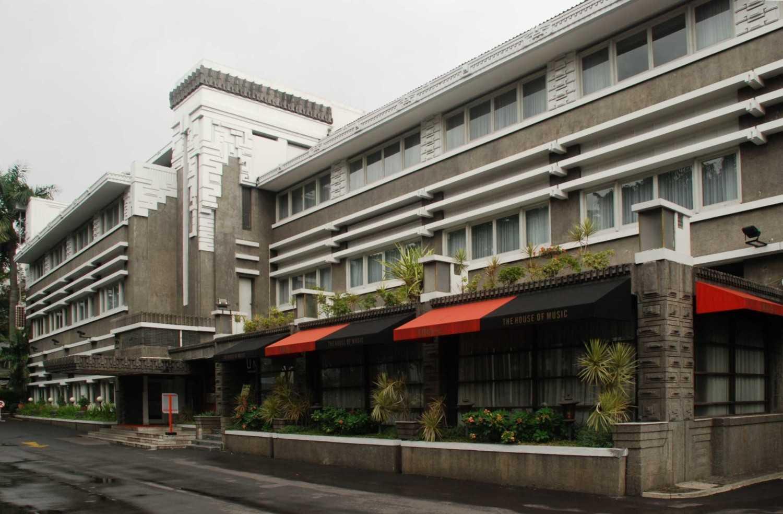 Salah satu bangunan dengan gaya Art Deco di Bandung adalah Grand Hotel Preanger. Hotel bergaya Art Deco geometrik ini didesain ulang oleh Wolff Schoemaker pada tahun 1929 yang dibantu oleh seorang muridnya yaitu Ir. Soekarno.
