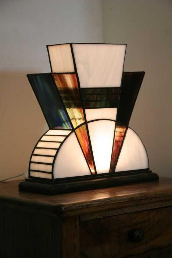 Lampu hias bergaya Art Deco. Saat ini lampu tidak hanya dinilai dari aspek fungsinya saja, tetapi juga dari segi estetika ruangan. Lampu hias bergaya Art Deco yang kental akan perpaduan warna dan bentuknya yang unik dapat membawa suasana baru pada rumah.