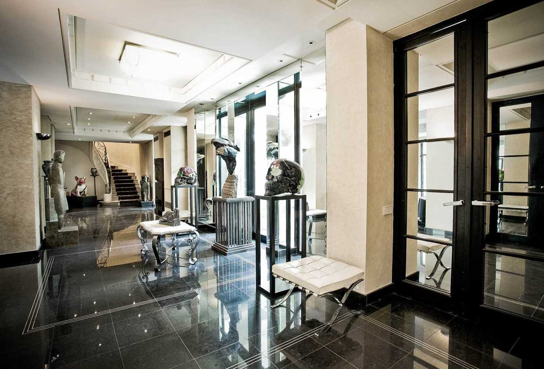 Unsur abstrak pada desain. Salah satu ciri khas Art Deco yang paling terlihat adalah padu padan setiap detailnya yang kadang terlihat kontras, namun tetap serasi. Perpaduan dari berbagai bentuk, ornamen, dan teksur memberikan kesan abstrak tersendiri dan menjadikan desain Art Deco semakin menarik.