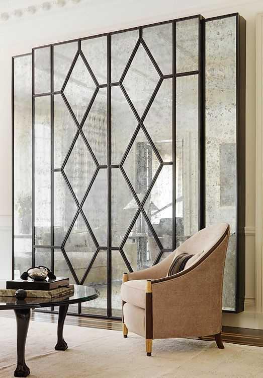 Kaca besar. Penggunaan kaca besar dapat memberikan kesan luas pada ruangan dan kaca selalu menjadi elemen dekoratif yang diutamakan. Kaca besar dengan desain Art Deco yang geometris dapat menambah kesan artsy pada ruangan.