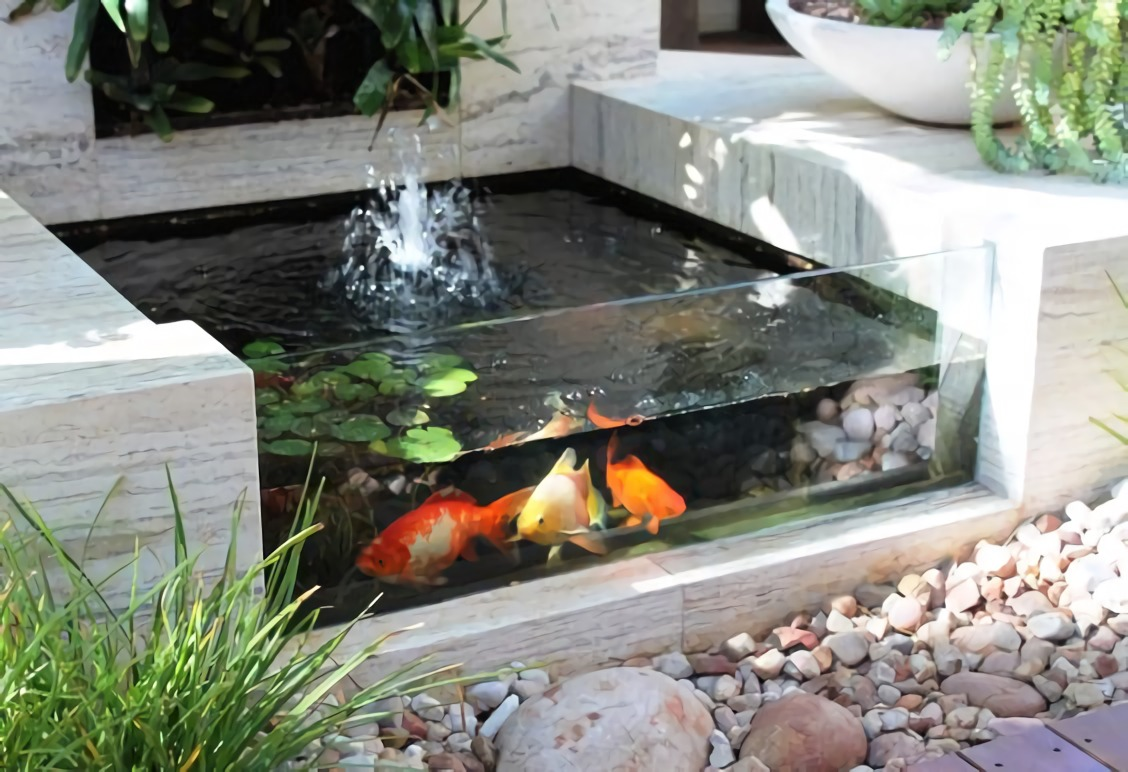 Air mancur di kolam ikan yang mungil (Sumber: topinspired.com)