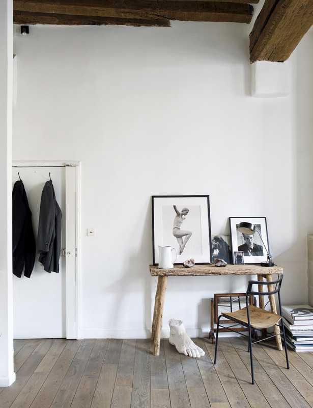 Tembok putih. Jika Anda tidak dapat membuat tembok menggunakan panel kayu, alternatif lain yang dapat Anda pilih adalah menggunakan tembok putih. Tembok berwarna putih terlihat cerah, ceria, dan sangat serbaguna untuk membantu Anda menciptakan suasana pedesaan yang segar.