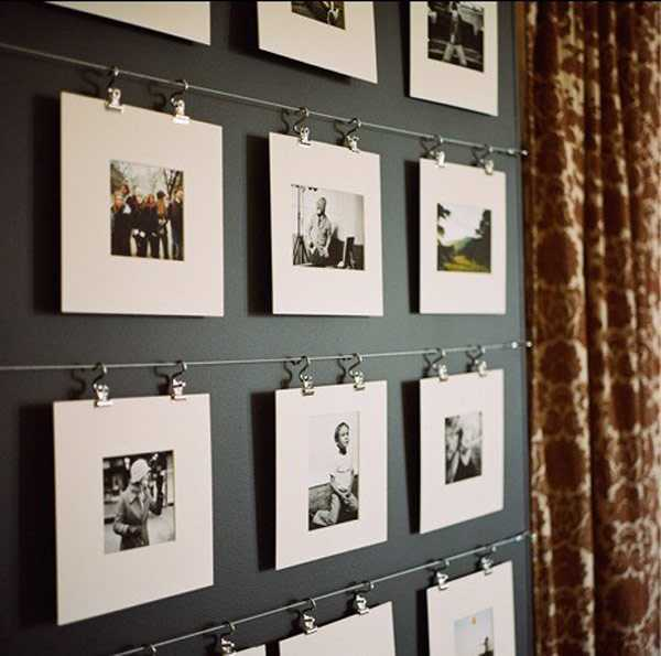 Untuk menumbuhkan kesan homey di rumah baru, tidak ada cara yang paling ampuh dan personal selain menggantungkan berbagai foto keluarga. Jika Anda enggan memaku dan membuat lubang dinding, Anda dapat menggunakan selotip khusus bingkai foto atau picture-hanging strips.