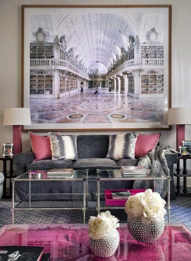Tempatkan karya seni berukuran besar di tempat-tempat yang menjadi pusat kegiatan rumah seperti ruang keluarga. Skala ukuran yang besar tersebut dapat memberikan suasana tersendiri pada rumah. Anda tidak harus menggunakan karya seni yang harganya selangit, cukup sesuatu yang sesuai dengan selera Anda.