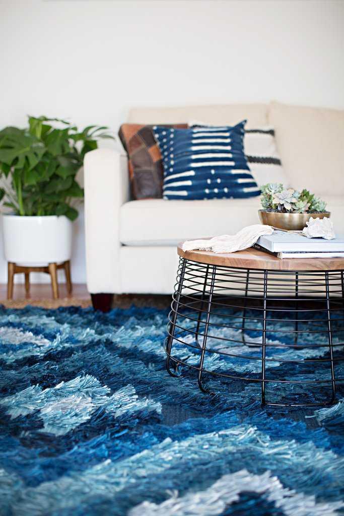 Karpet berbulu halus selalu menjadi pilihan tepat untuk kenyamanan tingkat tinggi apalagi di Indonesia yang terbiasa telanjang kaki di dalam rumah. Jika Anda khawatir karpet tersebut kotor, pasanglah di tempat yang jauh dari pintu masuk atau yang sering menjadi tempat lalu-lalang.