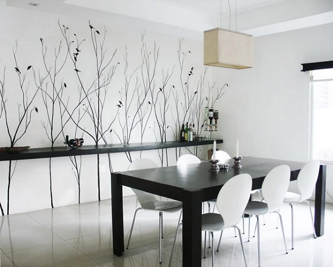 Ruang makan minimalis kontemporer warna hitam putih dengan mural bertema ranting (Sumber: homeposh.com)