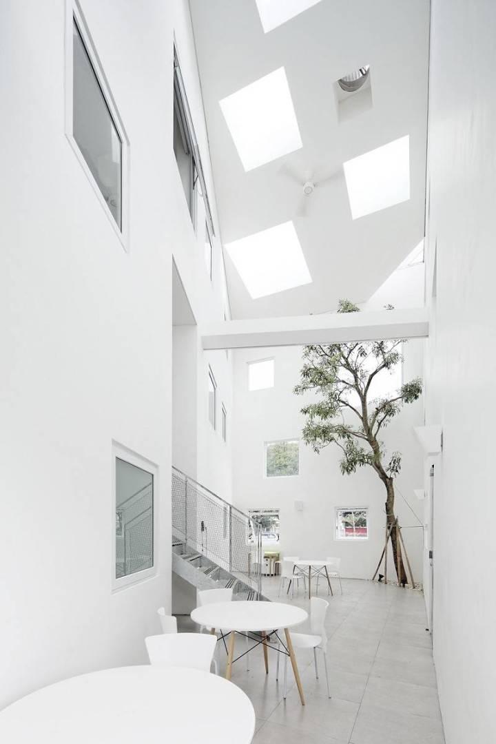 Bangunan dengan desain modern ini merupakan poliklinik di kawasan Tangerang, Banten. Interiornya yang serba putih diberi sentuhan dengan kehadiran pohon yang tumbuh memanjang dari lantai bawah ke lantai atas. Jika rumah Anda berlantai dua, konsep seperti ini bisa Anda coba.
