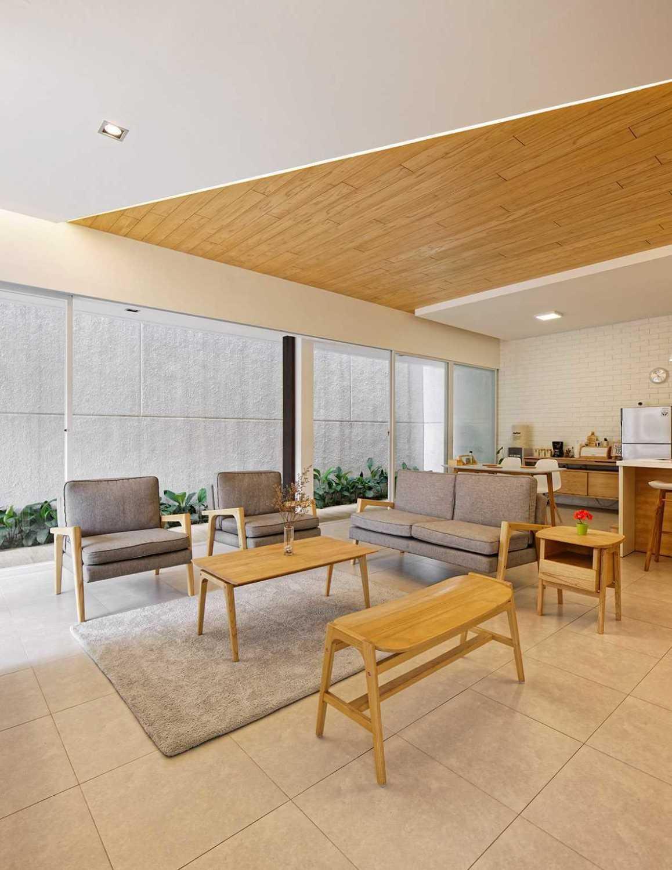 Saat ini banyak orang yang sengaja mengganti dinding beton dengan kaca transparan. Selain untuk mendapatkan kesan luas, ini juga dilakukan agar penghuni dapat dengan mudah melihat ke luar. Jika ruang tamu Anda dikelilingi kaca transparan, Anda bisa memaksimalkan taman untuk membuat pemandangan dari dalam jadi lebih hidup.